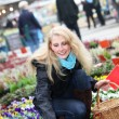 Woman buying flowers on the market — Foto Stock