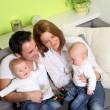 Lächeln-Familie mit Zwillingen — Stockfoto