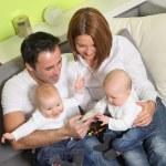 junge Familie mit zwei Kindern — Stockfoto