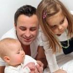 junger Vater mit zwei Kindern — Stockfoto