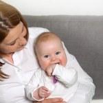 glückliche Mutter und Baby zu Hause — Stockfoto