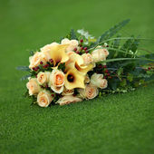 Bouquet of yellow callas and roses — Stock Photo