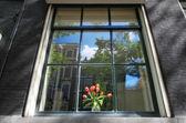 Yansıma penceresinde Amsterdam, Hollanda. — Stok fotoğraf