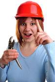 Giovane donna detiene una chiave a tubo dell'acqua — Foto Stock