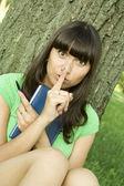 Vrouw in een park met een notebook — Stockfoto