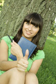 девушки в парке с ноутбука — Стоковое фото