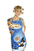 Junge frau, die cookies auf weihnachten vorbereitet — Stockfoto