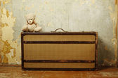 Resväska med teddy — Stockfoto