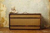Valigia con teddy — Foto Stock