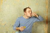 άνθρωπος ποτά βότκα — Φωτογραφία Αρχείου