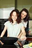 счастливая пара в их кухне — Стоковое фото