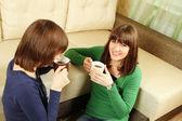 Lachende meisjes hebben thee — Stockfoto