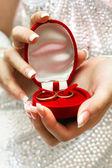 Anneaux de mariage dans les mains de la mariée — Photo
