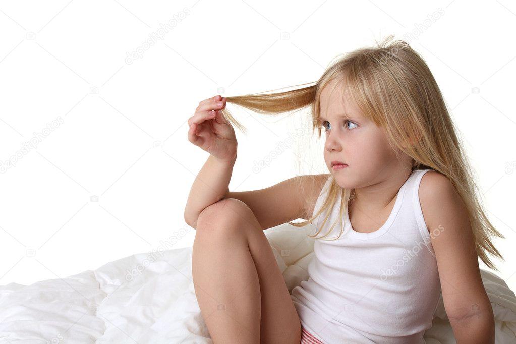 kleines m dchen mit blong haare im bett stockfoto 4907872. Black Bedroom Furniture Sets. Home Design Ideas