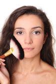 Bellissimo volto femminile con un pennello trucco — Foto Stock