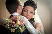 Vackra bruden och brudgummen i inomhus miljö — Stockfoto