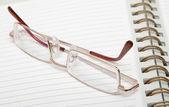 Dagboek en lezing bril — Stockfoto