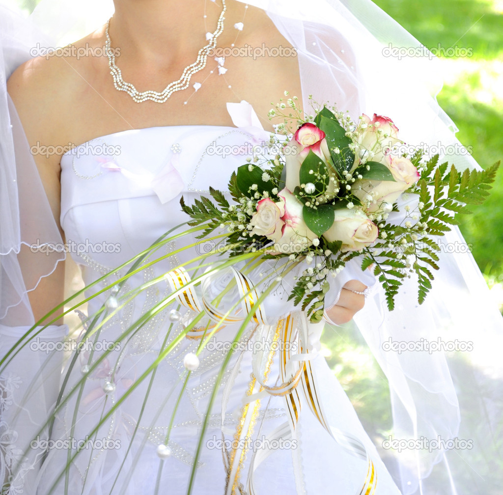 Beautiful white wedding bouquet in hands of the bride. — Stock Photo #4870035