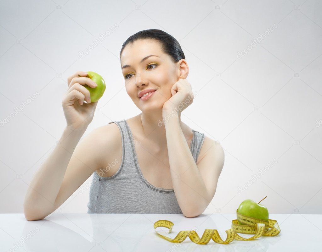 A beautiful slender girl eating healthy food — Stock Photo #4670155