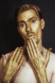 Homens com bronze maquiagem em seu rosto e mãos — Foto Stock