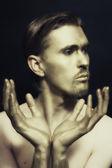 Studio portrait des jungen attraktiven blauäugige männer mit bronze ma — Stockfoto