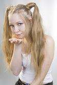 ブロンドの女の子の空気接吻 — ストック写真