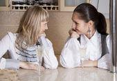 Vänner flickor kul på kök med en alkohol-glas — Stockfoto