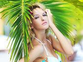 Kadının yanına palmiye ağacı — Stok fotoğraf