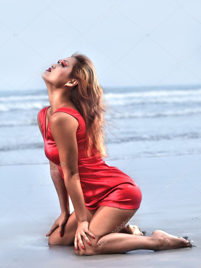 Beautiful asian model posing on the beach — Stock Photo #4488562