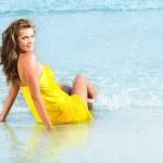 kvinna på stranden — Stockfoto #5356845
