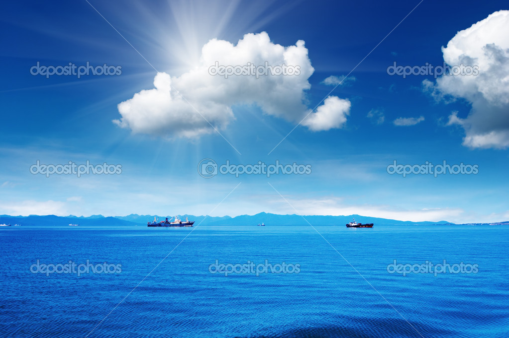 Coastal view with still sea and blue sky — Stock Photo #4999890