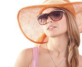 Portrait girl in hat looking through sunglasses — 图库照片