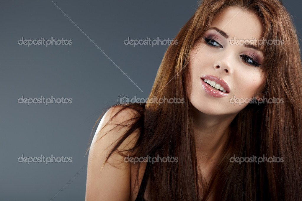 Young brunette woman beauty portrait studio shot   Foto Stock #4038516