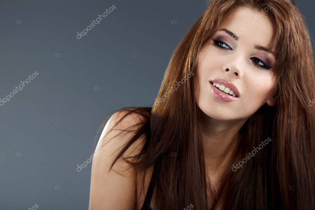Young brunette woman beauty portrait studio shot   Stock fotografie #4038516