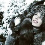 imagen de mujer hermosa en paño principal lujosa de la piel mirando — Foto de Stock