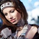 mujer de belleza en el paisaje de invierno — Foto de Stock