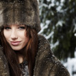 frau in winter park — Stockfoto