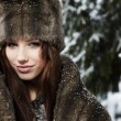 Vrouw in winter park — Stockfoto