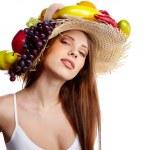 ujęcie to piękna młoda kobieta z owoców nakrycia głowy. conce żywności — Zdjęcie stockowe