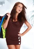 Renkli alışveriş torbaları onun elinde olan kadın — Stok fotoğraf