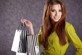 Bella mujer con bolsas de compras — Foto de Stock
