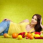 genç bir kadın için sebze alışveriş — Stok fotoğraf