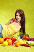 野菜の買い物を若い女性 — ストック写真