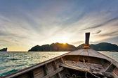 Barco en el mar tropical. isla de phi phi. tailandia — Foto de Stock