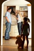 Niño mira los padres jurando — Foto de Stock