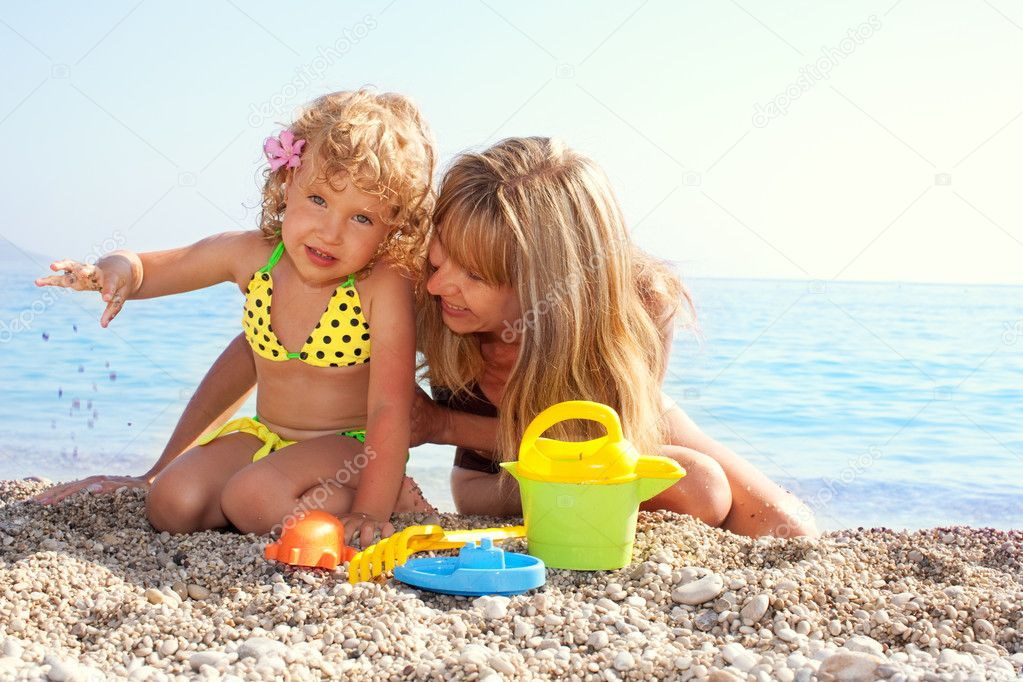 Beautiful little girl with mother on the beach — Stock Photo #4662262