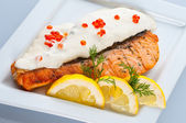 Steak from a salmon with creamy sauce and caviar — Stockfoto