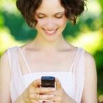 Mädchen mit Handy im freien — Stockfoto