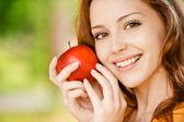 Fille avec pomme rouge — Photo