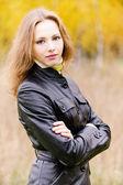 Portret młodej kobiety w czarna kurtka — Zdjęcie stockowe